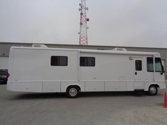 2006 Winnebago Motorhome 1 Passenger Specialty Vehicle Driver side exterior front angle-U10258-2